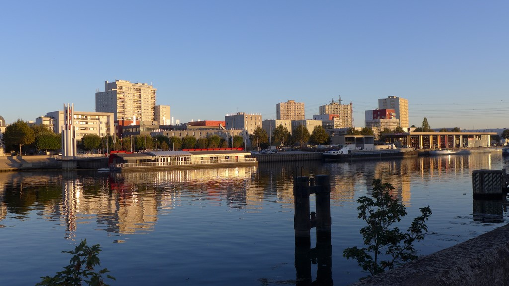Lumière du soir sur Alfortville, vue depuis la rive gauche à Vitry
