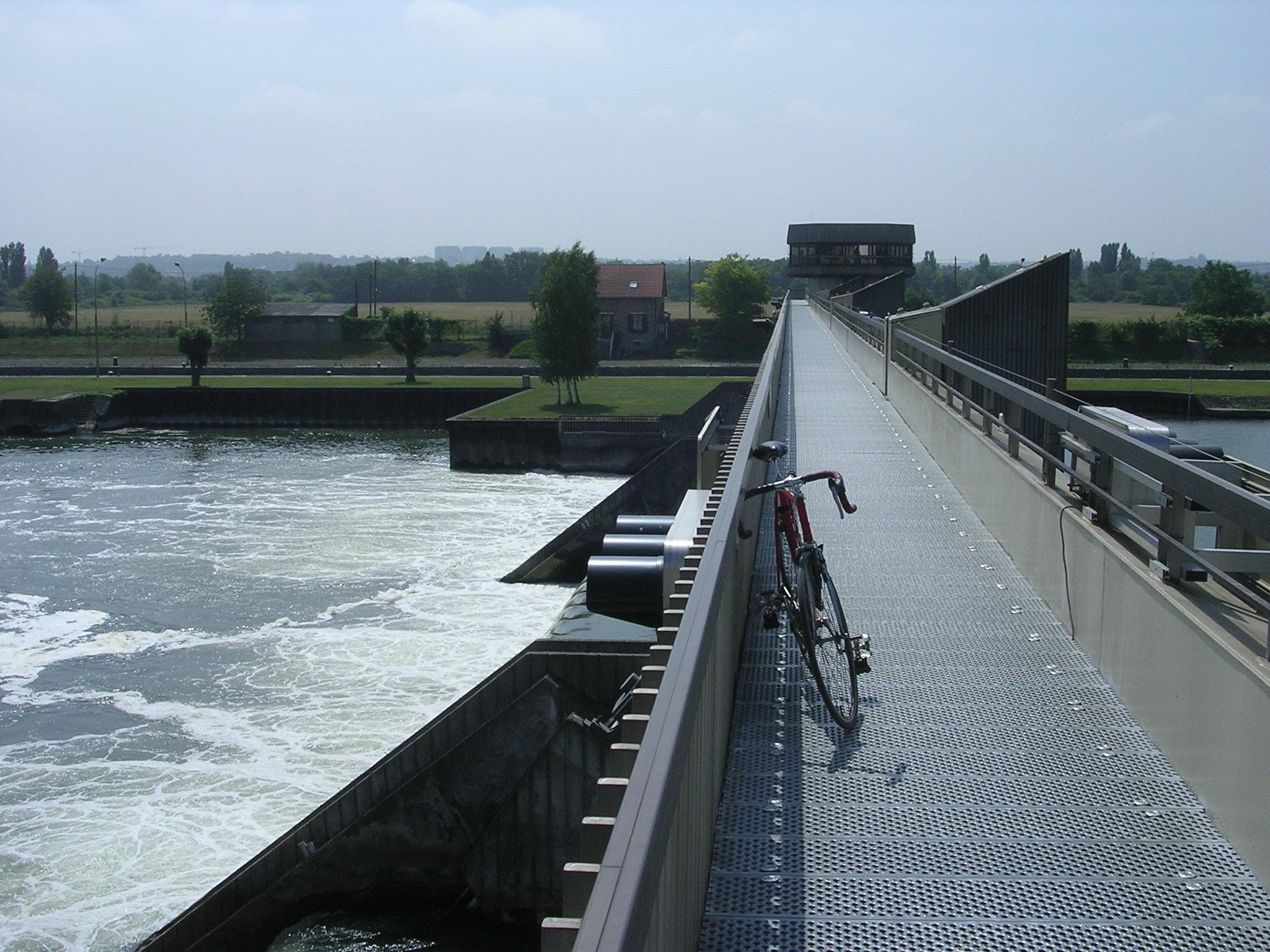 Passerelle de l'écluse d'Ablon, pour rejoindre la rive droite à Vigneux.